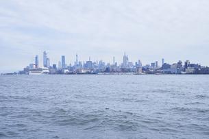 ニューヨーク ハドソン川とマンハッタンのビル群の写真素材 [FYI04775435]