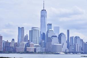 ニューヨーク マンハッタンのビル群 ワールドトレードセンターの写真素材 [FYI04775436]