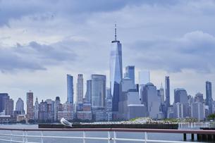 ニューヨーク マンハッタンのビル群 ワールドトレードセンターの写真素材 [FYI04775438]