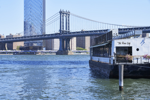 ニューヨーク マンハッタンブリッジとマンハッタンのビル群の写真素材 [FYI04775442]