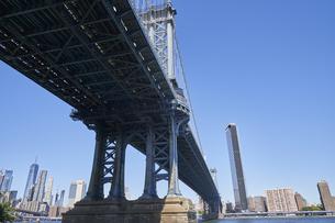ニューヨーク マンハッタンブリッジとマンハッタンのビル群の写真素材 [FYI04775444]