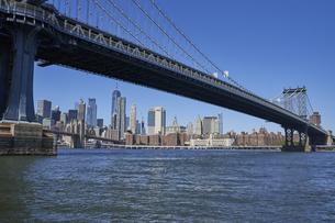 ニューヨーク マンハッタンブリッジとマンハッタンのビル群の写真素材 [FYI04775445]