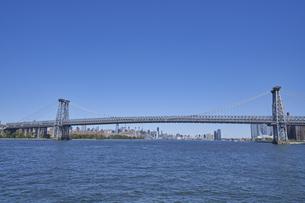 ニューヨーク ウィリアムズバーグブリッジとマンハッタンのビル群の写真素材 [FYI04775446]