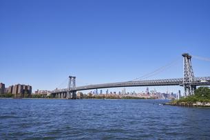 ニューヨーク ウィリアムズバーグブリッジとマンハッタンのビル群の写真素材 [FYI04775447]