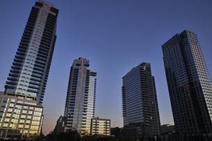 ニューヨーク 夕暮れの高層ビル群の写真素材 [FYI04775456]