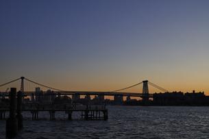ニューヨーク 夕方夕暮れのウィリアムズバーグブリッジとマンハッタンのビル群の写真素材 [FYI04775457]