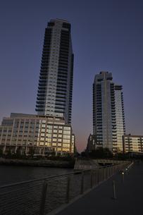 アメリカ 水辺に建つ夕暮れの高層ビル群の写真素材 [FYI04775458]
