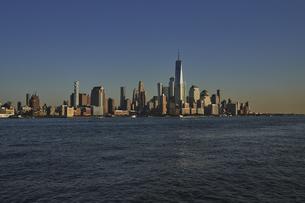 ニューヨーク ハドソン川とマンハッタンのビル群の写真素材 [FYI04775479]
