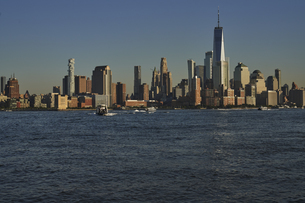 ニューヨーク ハドソン川とマンハッタンのビル群の写真素材 [FYI04775480]