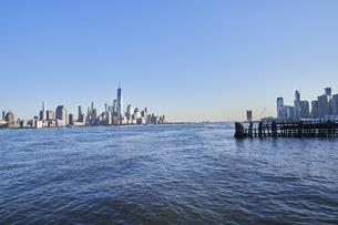 ニューヨーク ハドソン川とマンハッタンのビル群の写真素材 [FYI04775483]