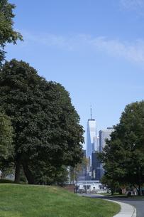 ニューヨーク 公園から見えるワールドトレードセンターの写真素材 [FYI04775484]