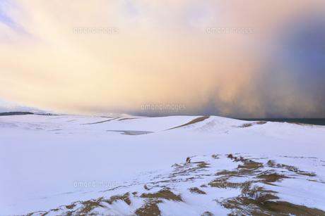 雪景色の鳥取砂丘と朝焼け雲の写真素材 [FYI04775494]