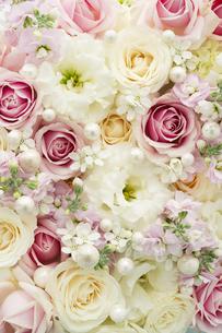 バラとトルコキキョウのアレンジメントの写真素材 [FYI04775663]
