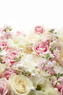 バラとトルコキキョウのアレンジメントの写真素材 [FYI04775664]