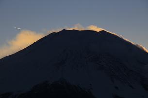 山中湖から望む夕暮れの富士山 の写真素材 [FYI04775740]