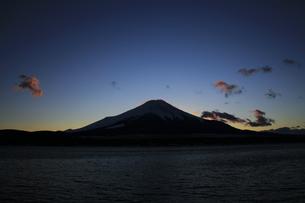 山中湖から望む夕暮れの富士山 の写真素材 [FYI04775741]