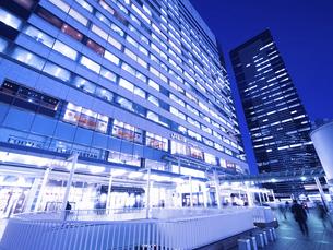東京都 夕暮れの品川駅 の写真素材 [FYI04776002]
