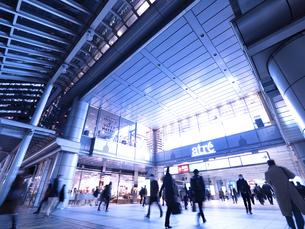 東京都 夕暮れの品川駅の写真素材 [FYI04776007]