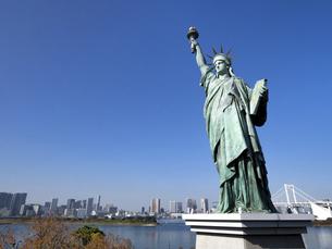東京都 お台場の自由の女神像の写真素材 [FYI04776135]