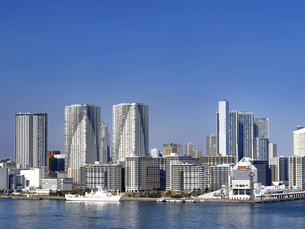 東京都 晴海客船ターミナルと高層マンション街の写真素材 [FYI04776196]