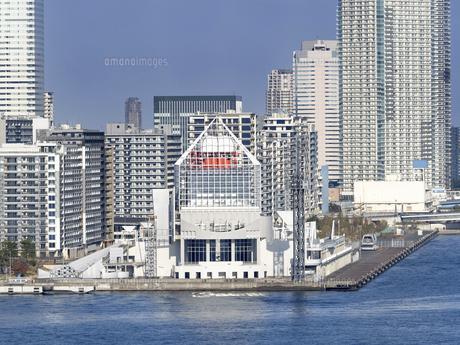 東京都 晴海客船ターミナルと高層マンション街の写真素材 [FYI04776198]