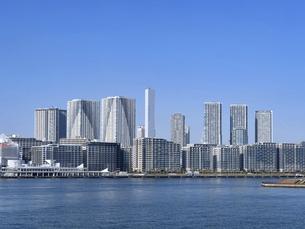 東京都 晴海客船ターミナルと高層マンション街の写真素材 [FYI04776202]