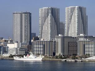 東京都 晴海客船ターミナルと高層マンション街の写真素材 [FYI04776210]