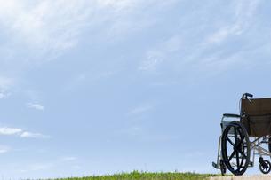 青空と車椅子の写真素材 [FYI04776271]