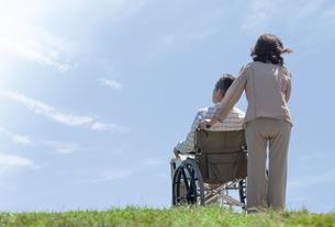 車椅子で散歩する夫婦の写真素材 [FYI04776272]