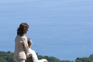 車椅子で散歩する夫婦の写真素材 [FYI04776275]
