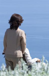 車椅子で散歩する夫婦の写真素材 [FYI04776276]