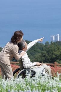 車椅子で散歩する夫婦の写真素材 [FYI04776279]