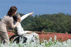 車椅子で散歩する夫婦の写真素材 [FYI04776280]