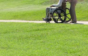 車椅子で散歩する夫婦の写真素材 [FYI04776281]