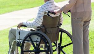 車椅子で散歩する夫婦の写真素材 [FYI04776282]