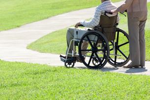 車椅子で散歩する夫婦の写真素材 [FYI04776283]