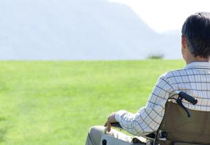 車椅子に乗るシニア男性の写真素材 [FYI04776285]