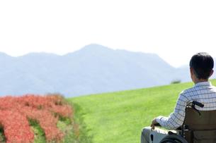 車椅子に乗るシニア男性の写真素材 [FYI04776286]