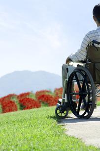 車椅子に乗るシニア男性の写真素材 [FYI04776287]