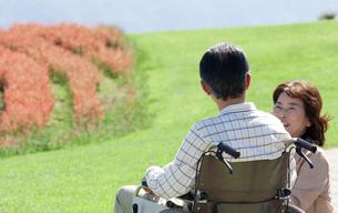 車椅子で散歩する夫婦の写真素材 [FYI04776288]