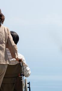 車椅子で散歩する夫婦の写真素材 [FYI04776289]