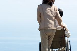 車椅子で散歩する夫婦の写真素材 [FYI04776290]