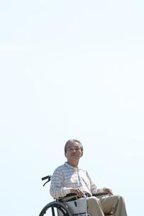 車椅子に乗るシニア男性の写真素材 [FYI04776291]