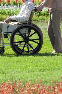 車椅子で散歩する夫婦の写真素材 [FYI04776294]