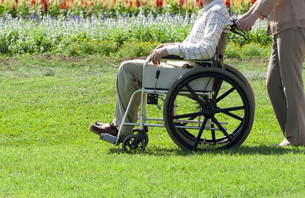 車椅子で散歩する夫婦の写真素材 [FYI04776296]