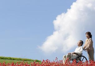 車椅子で散歩する夫婦の写真素材 [FYI04776298]