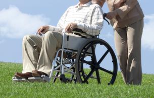 車椅子で散歩する夫婦の写真素材 [FYI04776299]