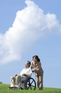 車椅子で散歩する夫婦の写真素材 [FYI04776303]