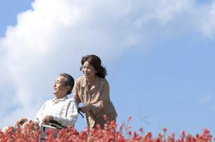 車椅子で散歩する夫婦の写真素材 [FYI04776306]