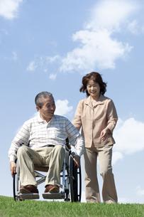 車椅子で散歩する夫婦の写真素材 [FYI04776308]